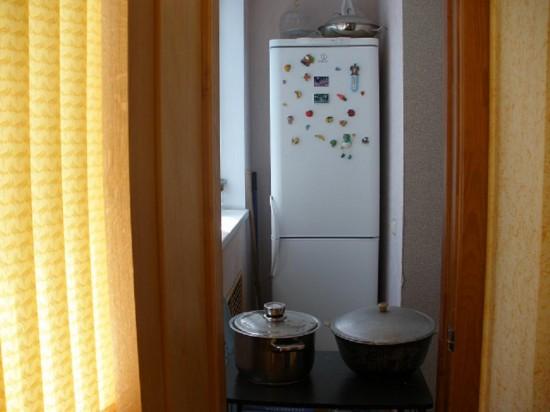 Холодильник на узком балконе