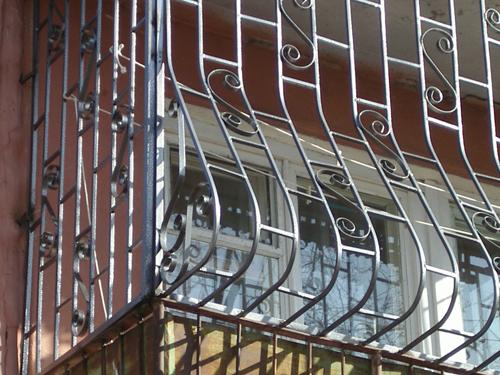 Балконные решетки: их виды и установка
