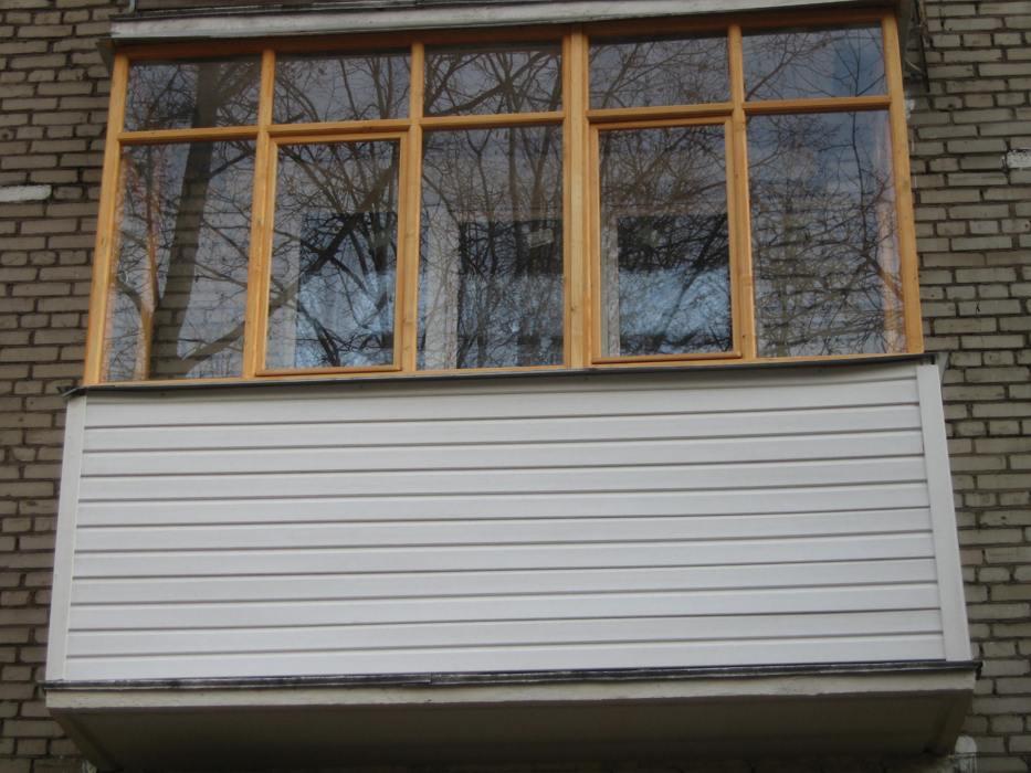 Остекление балконов и лоджий деревом: преимущества и недоста.