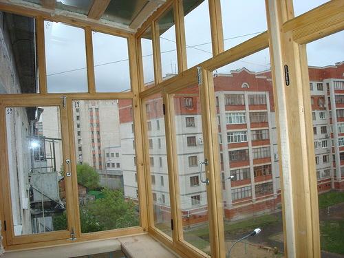 Как зафиксировать деревянную раму на балконе.
