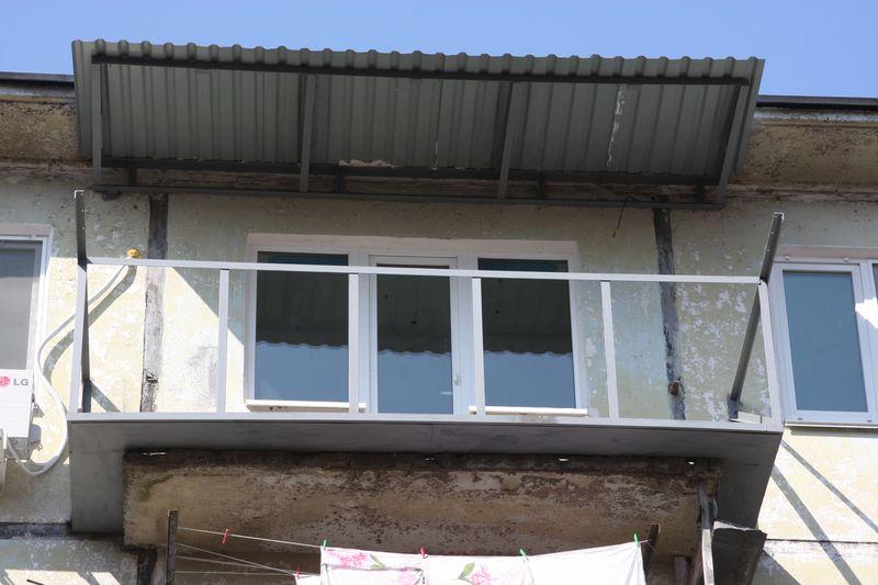 Остекление балконов и лоджии с крышей: установка, материалы.