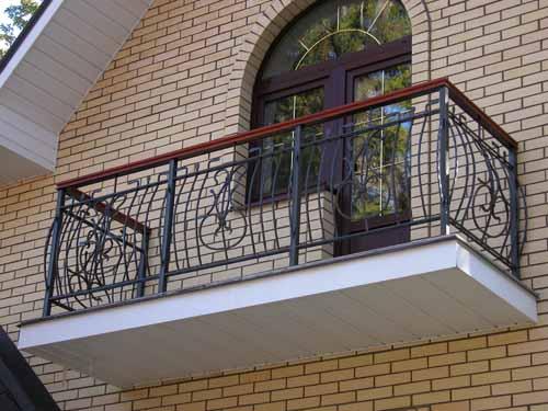 Какие бывают балконные ограждения: материалы и их высота
