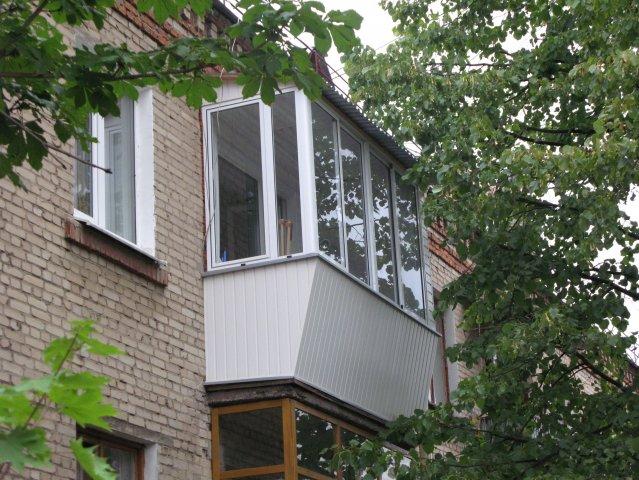 Как застеклить балкон с крышей своими руками