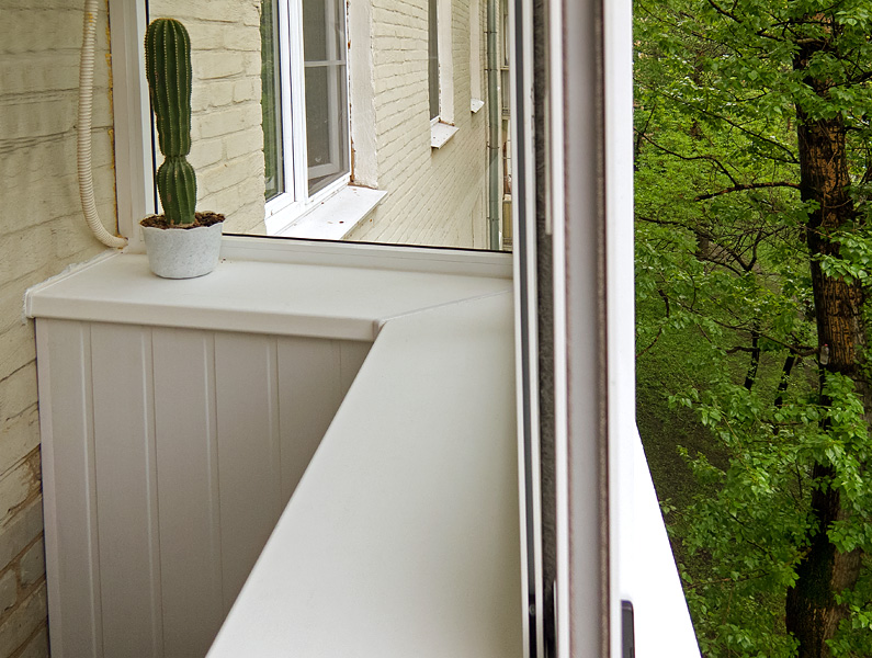 Установка подоконника на балконе с помощью кронштейнов..