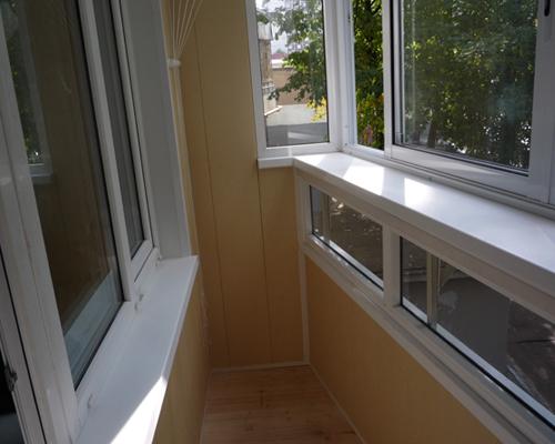 Какой подоконник на балкон выбрать и как его установить