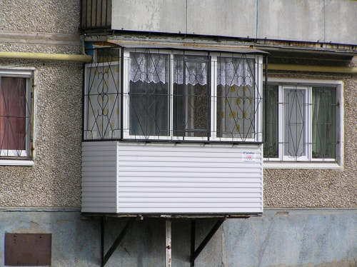 Пристройка балкона на первом этаже: разрешение и строительство