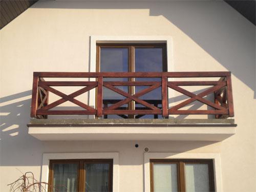 Балкон с деревянным парапетом