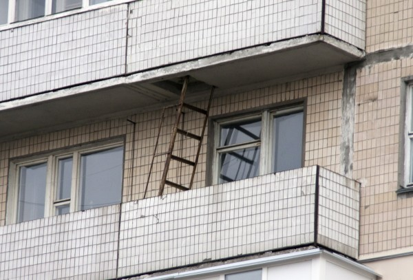 Как смотрится пожарная лестница с балкона