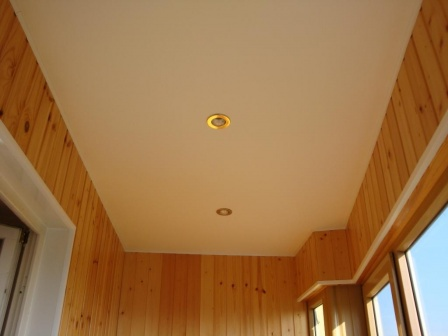 Можно ли монтировать натяжной потолок на балконе и лоджии
