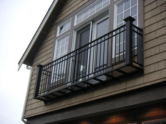 Небольшой балкон на верхнем этаже