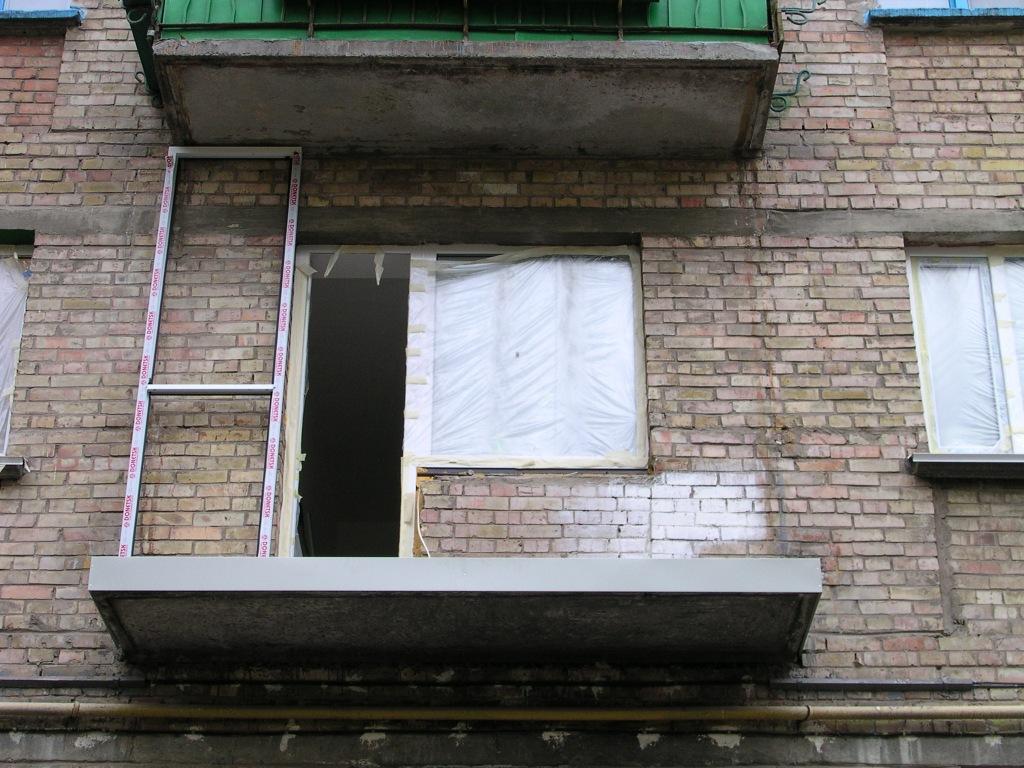 Остекление балкона в доме серии 1-511 в кирпичной хрущевке.