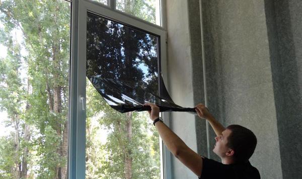 Поклейка пленки на окно