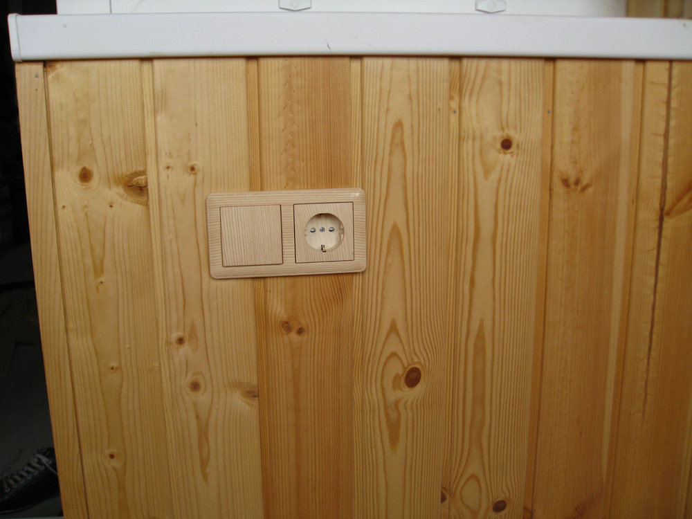 Розетка и выключатель на балконе