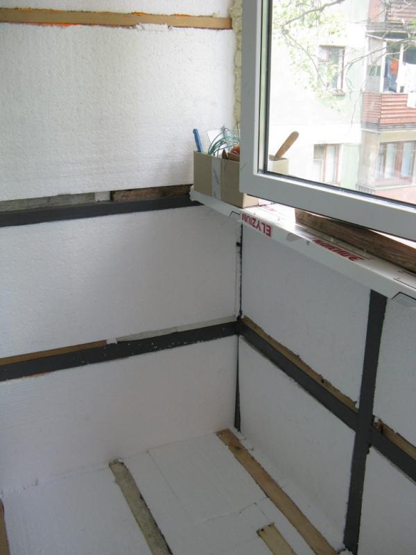 Чем лучше утеплить балкон пенопластом или минватой..