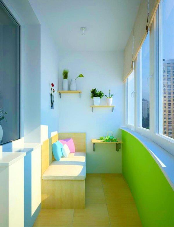 Яркие краски в оформлении балкона
