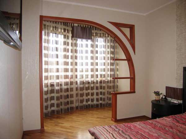Необычная арка между комнатой и балконом