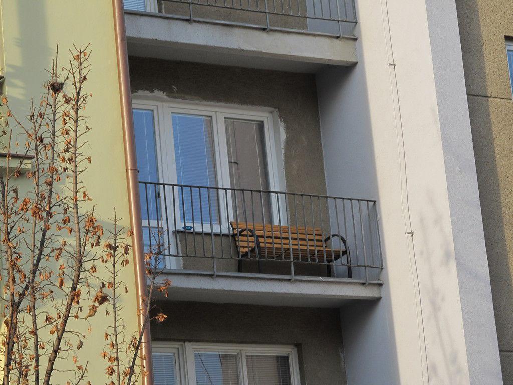 Обычная скамейка на стандартном балконе