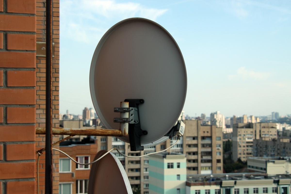 Спутниковая антенна на стене