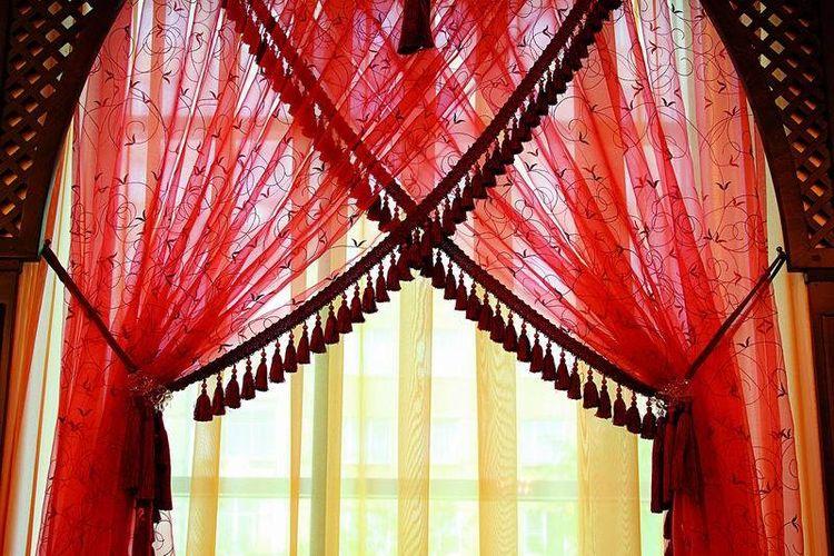 Яркие шторы в красных тонах