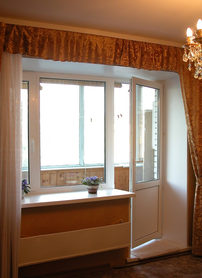 Элегантное раздвижное окно между балконом и комнатой. - перв.