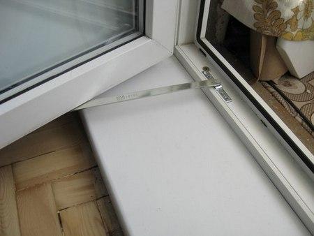 Какой балконный фиксатор установить на пластиковую дверь