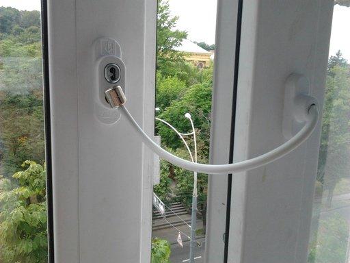 Фиксатор для балконной двери