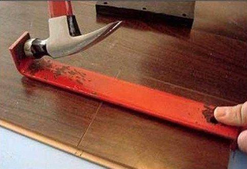 Металлическая скоба и молоток