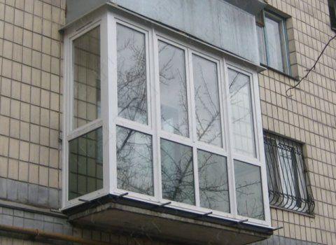 Открытый балкон с французскими окнами