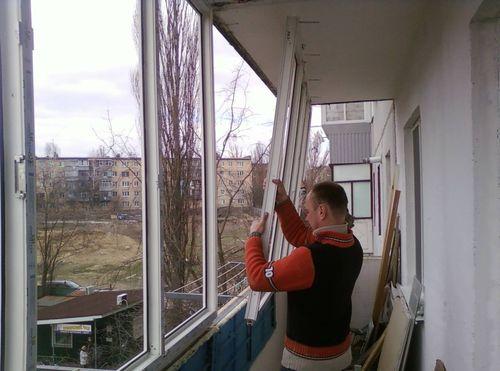 Процесс установки стеклопакетов на балкон