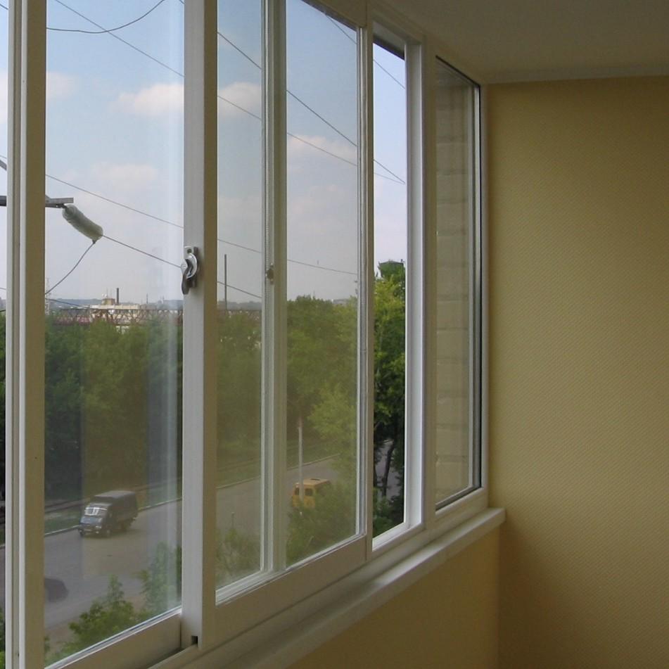 Раздвижные створки остекления балкона.