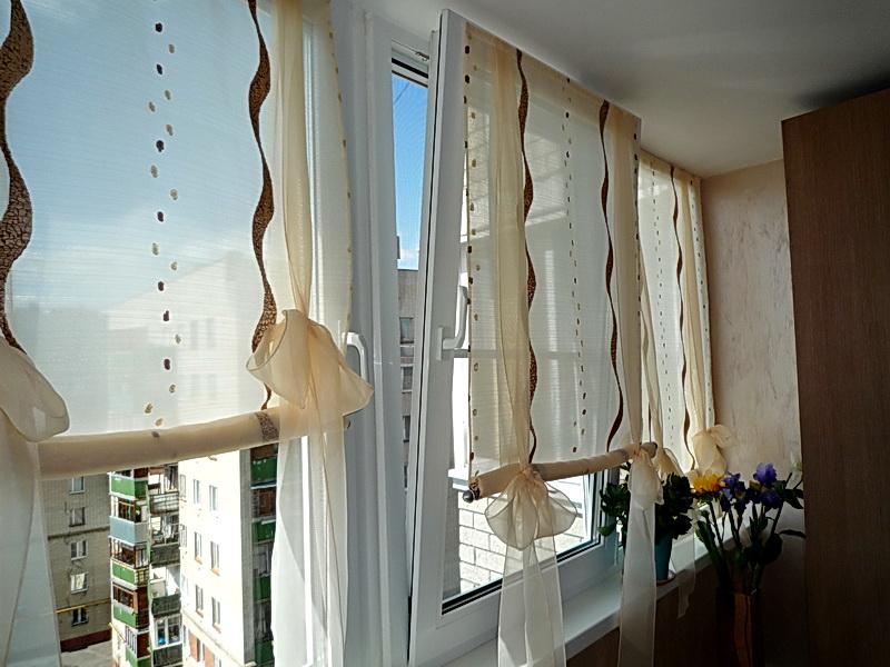 Какие шторы на окно с балконом повесить