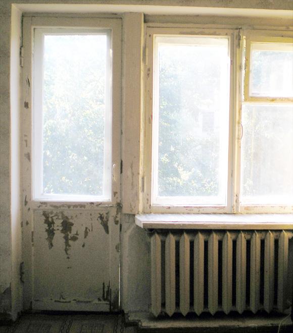 Старый деревянный балконный блок