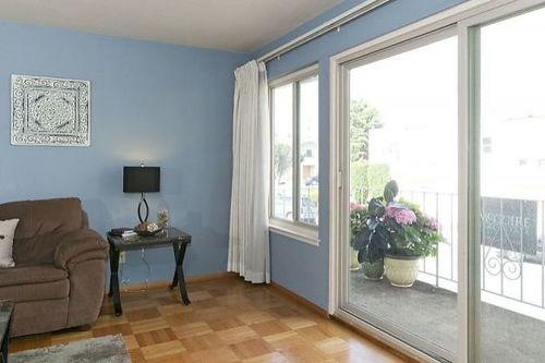 Стеклянные балконные двери в просторной комнате