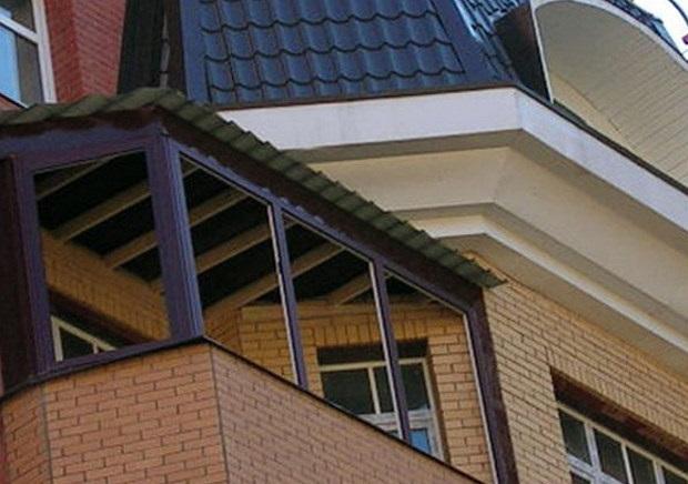 Установленный над балконом козырек