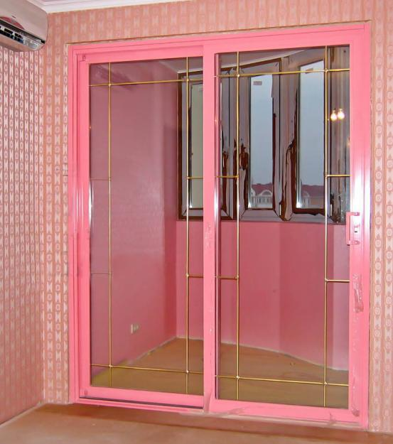 Яркая розовая балконная дверь