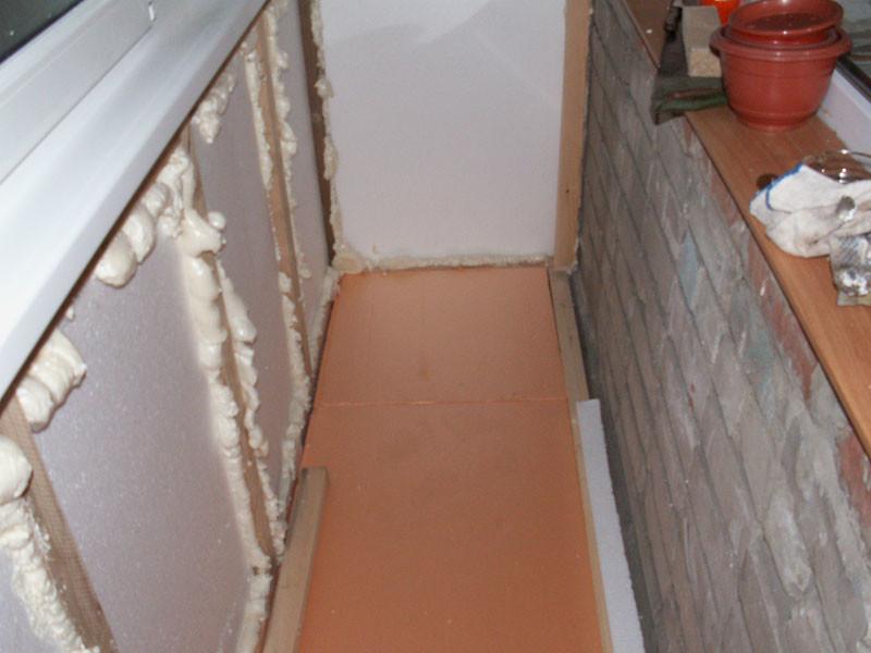 Заделка швов на балконе монтажной пеной