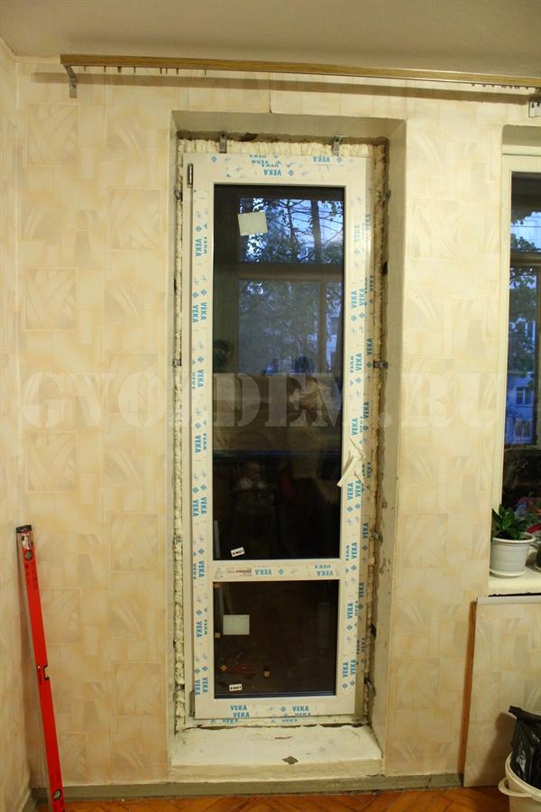 Отдельно стоящая балконная дверь