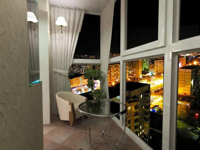 Великолепный вид с балкона с витражным остеклением