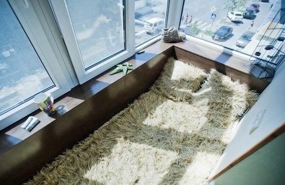 Откидная кровать на маленьком балконе