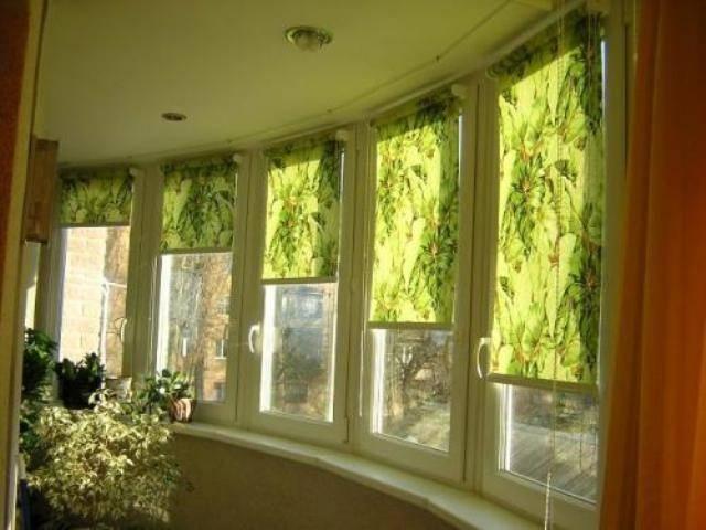 Оформление окон и дверей балкона рулонными шторами